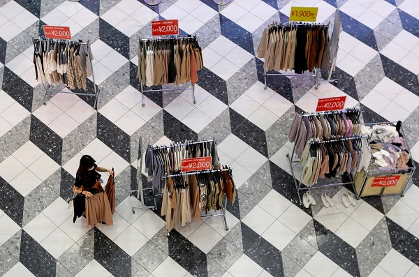 Quầy quần áo của một cửa hàng tại Tokyo vắng khách